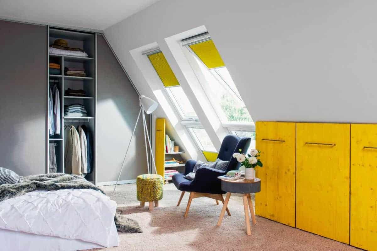 Schlafzimmer im Dachgeschoss mit gelbem Schrank