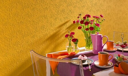 Gelbe Wand hinter gedecktem Tisch