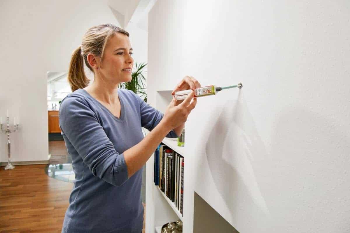 Frau schließt unansehnliche Bohrlöcher