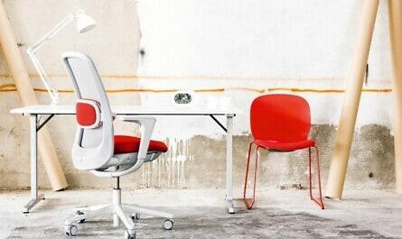 Schreibtisch mit rot-weißem Schreibtischstuhl