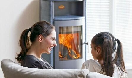 Mutter und Tochter vor Kaminofen