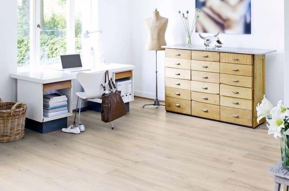 Arbeitszimmer mit Kommode und Schreibtisch
