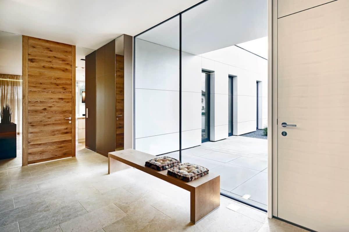 Flur mit bodentiefem Glasfenster