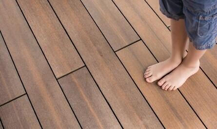 Terrasse aus Holzverbundwerkstoff mit Kind