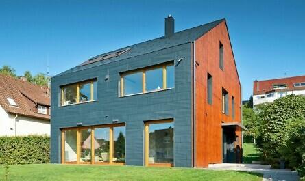 Haus mit Aluminiumfassade und Dach