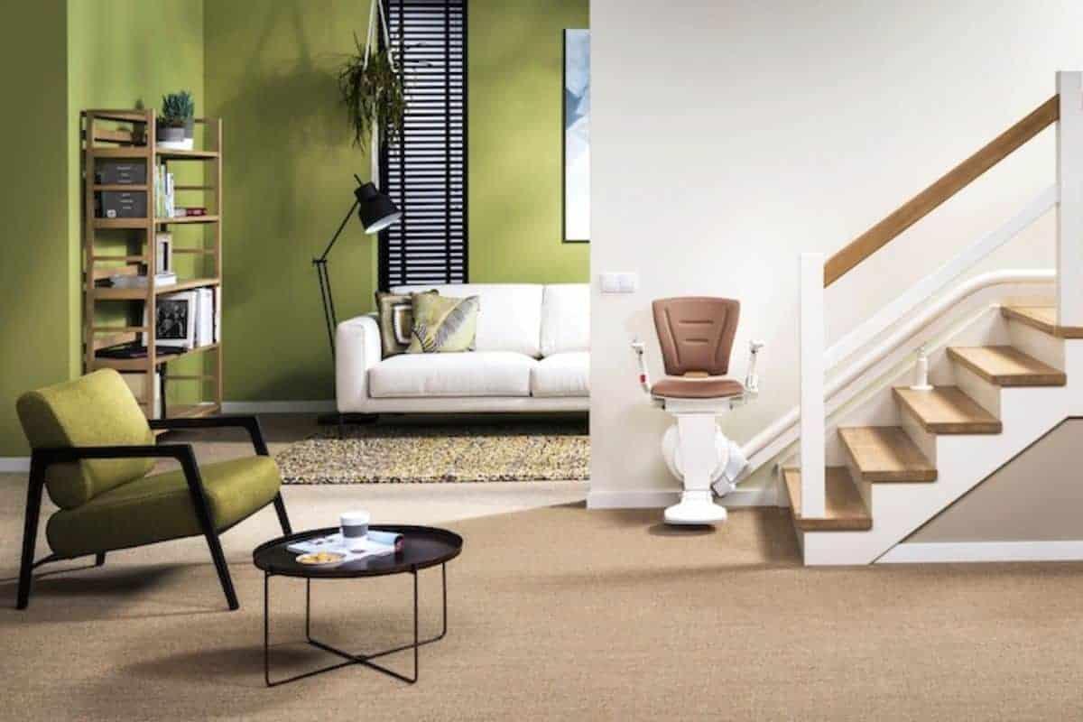 Moderner Treppenlift überwindet Treppe