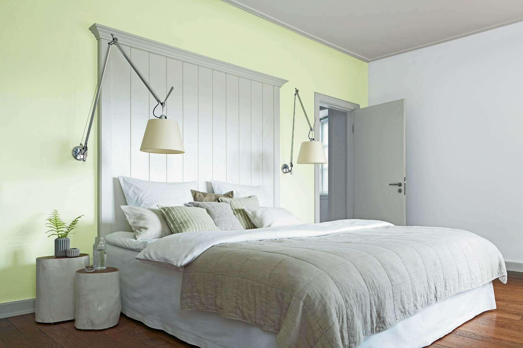 Gelbgrünes Schlafzimmer mit Bett