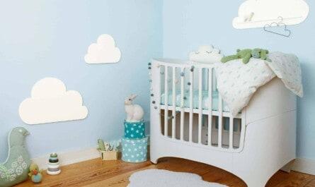 """Wer die Wände des Babyzimmers in """"Libellenblau"""" von Alpina Farbenfreunde taucht, schafft ein beruhigendes und entspannendes Ambiente. (Foto: epr/Alpina)"""
