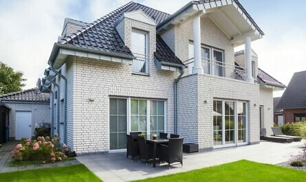 Massives Haus aus weißem Kalksandstein