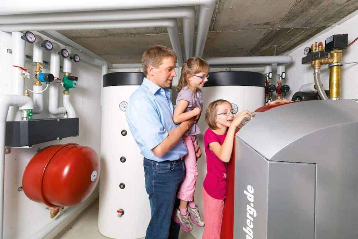 Familie an der Heizungsanlage im Keller