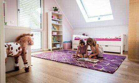 Mädchen spielen im Kinderzimmer