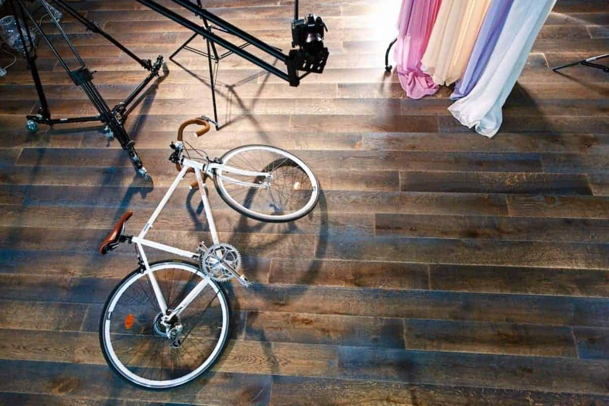 Hochwertiges Parkett mit Fahrrad