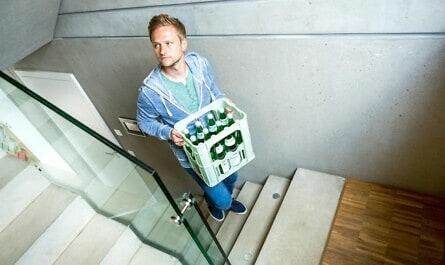 Mann geht Betontreppe hoch