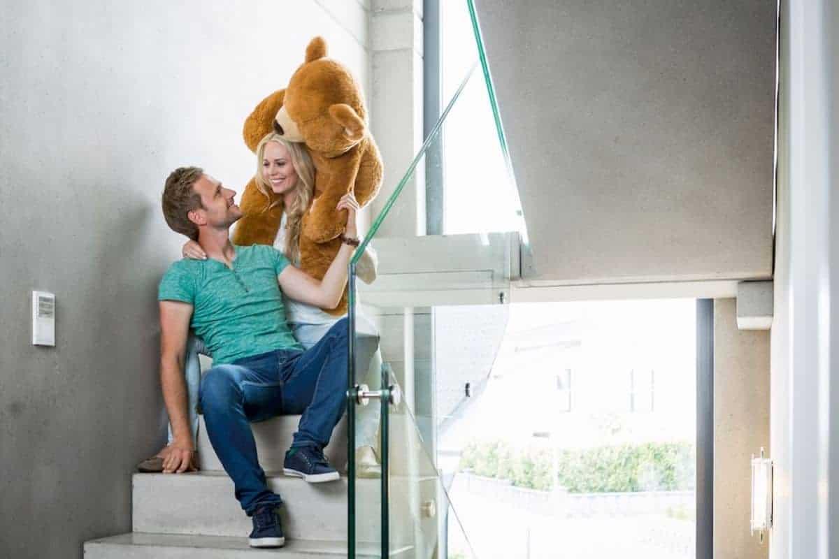 Paar auf einer Treppe aus Beton