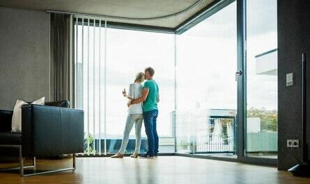 Paar im Wohnzimmer im Betonhaus