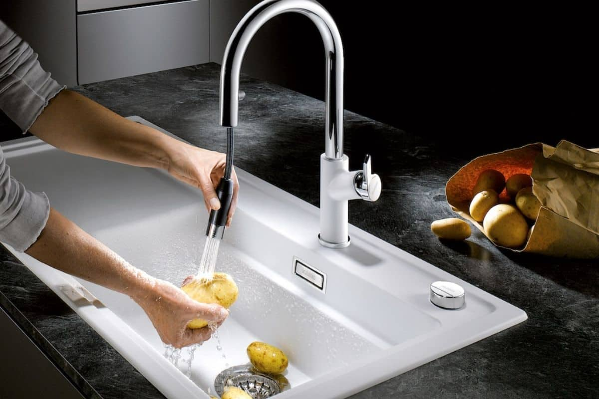 Moderner Wasserhahn mit Waschbecken