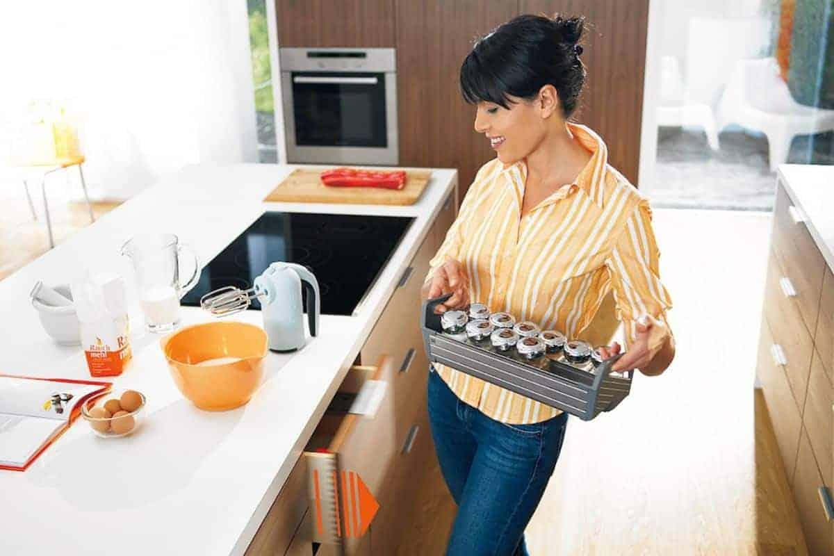 Frau an den Schubladen der Küche