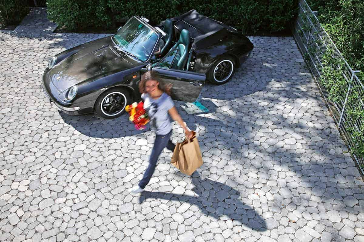Pflastersteine in Auffahrt mit Auto
