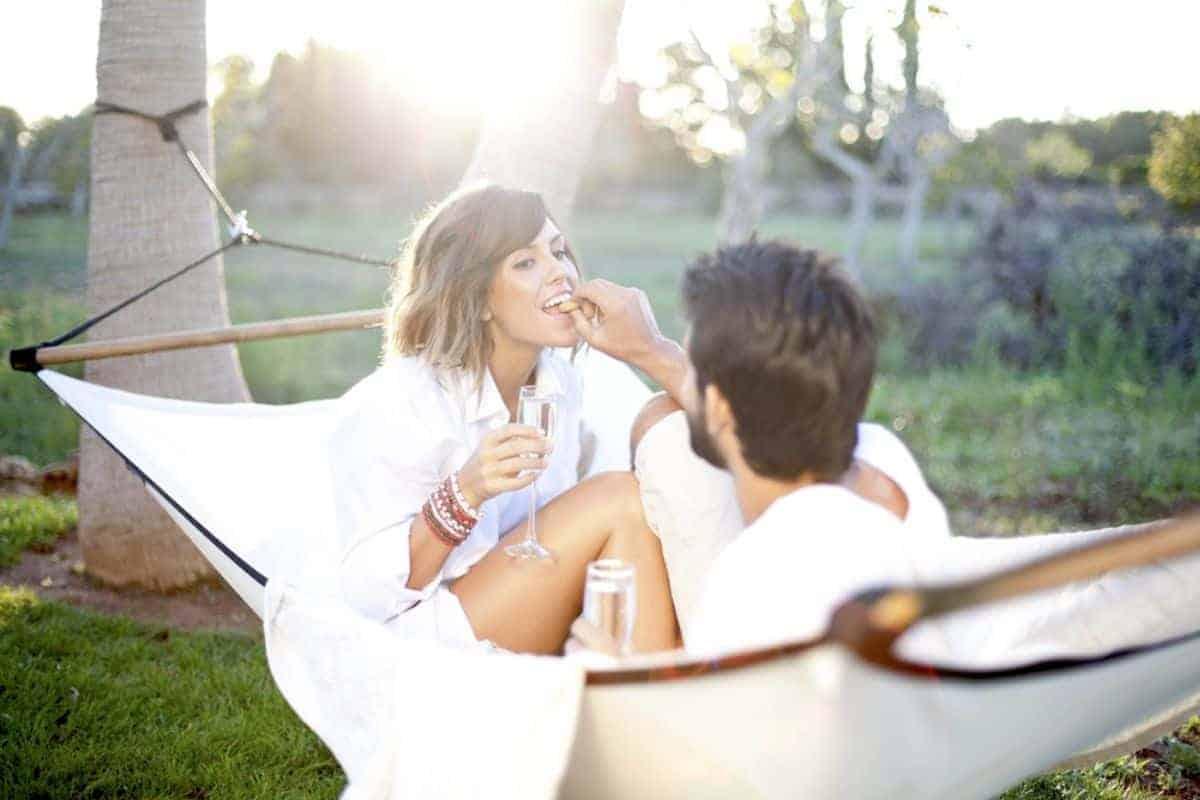 Paar in Hängematte im Sonnenuntergang