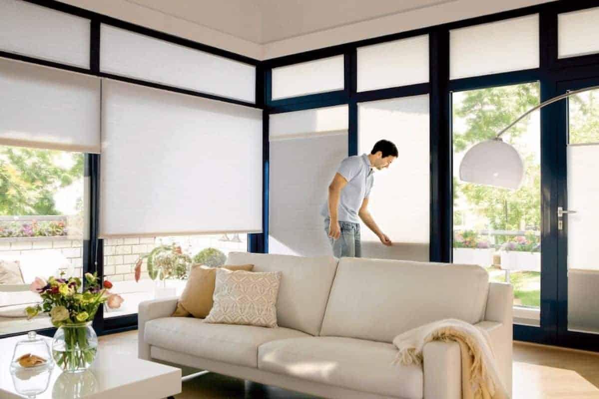Plissees sorgen für Schatten im Wohnzimmer