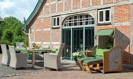 Terrasse vor Bauernhaus mit Tisch