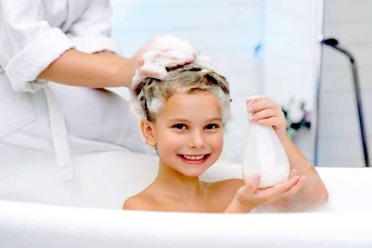 Junge in der Badewanne mit Schaum