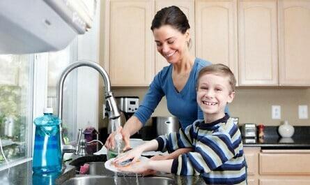 Mutter mit Sohn am Spülbecken