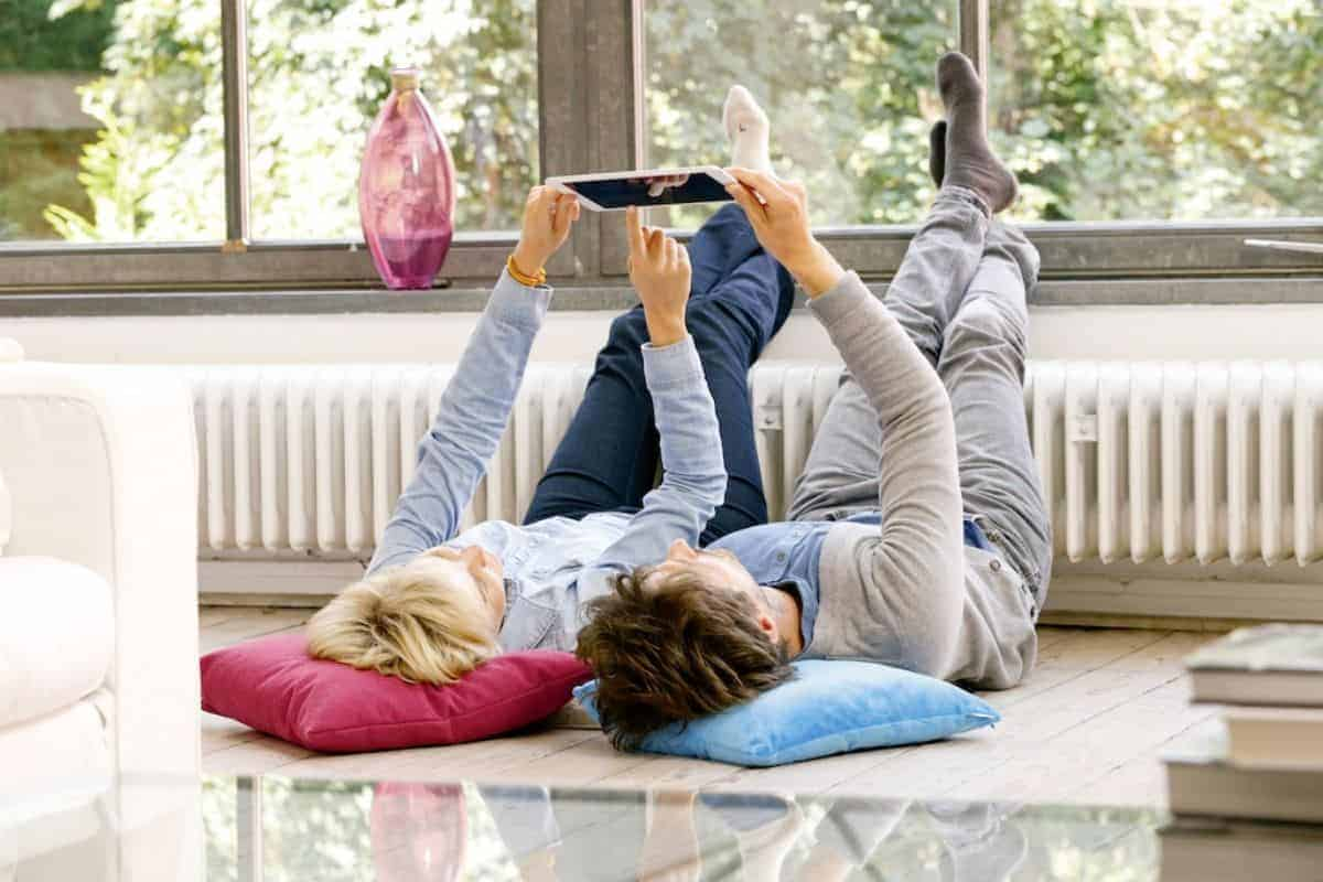 Paar steuert Heizung über Tablet