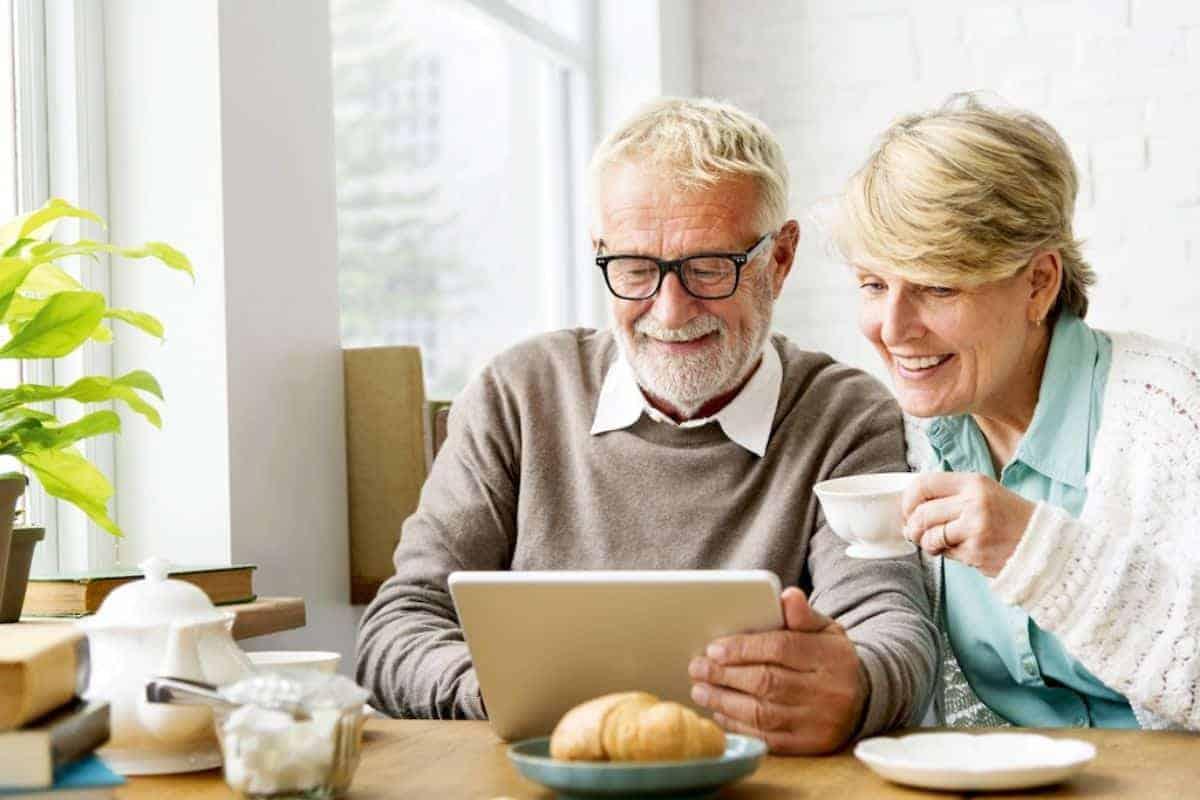 Ehepaar mit smarter Technik auf Tablet