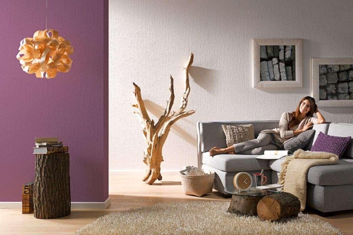 Wohnzimmer mit Frau auf Couch