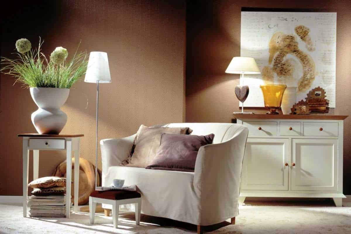 Braunes Wohnzimmer mit hellem Sessel