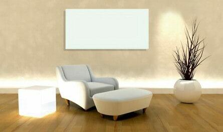 Infrarotheizung an der Wand und Sessel