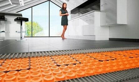 Fußbodenheizung unter Fliesen mit Frau