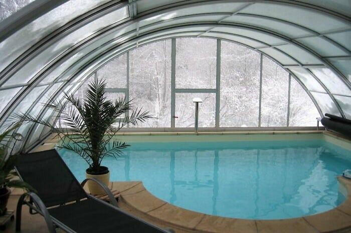 Schiebeüberdachung verwandelt Swimmingpool in Allwetterbad