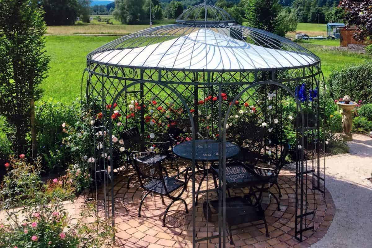 Gartenpavillon aus Metall auf der Terrasse
