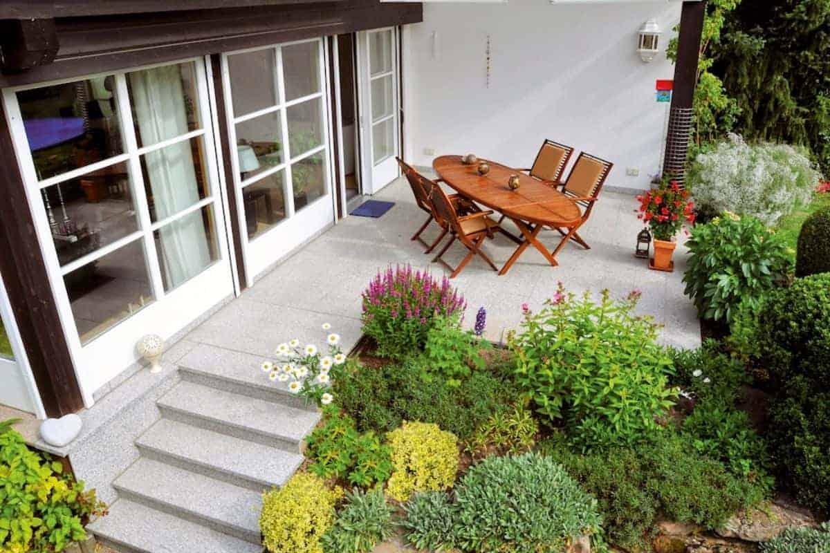 Terrasse mit Gartentisch