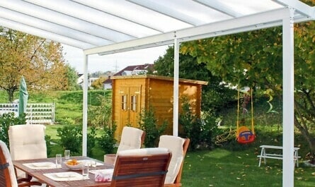 Terrasse mit Dach und Sitzgruppe