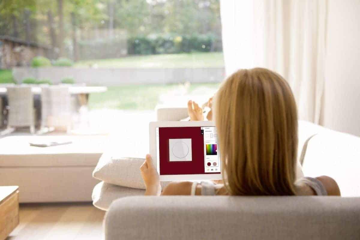 Frau mit Online-Kofigurator für Schalter