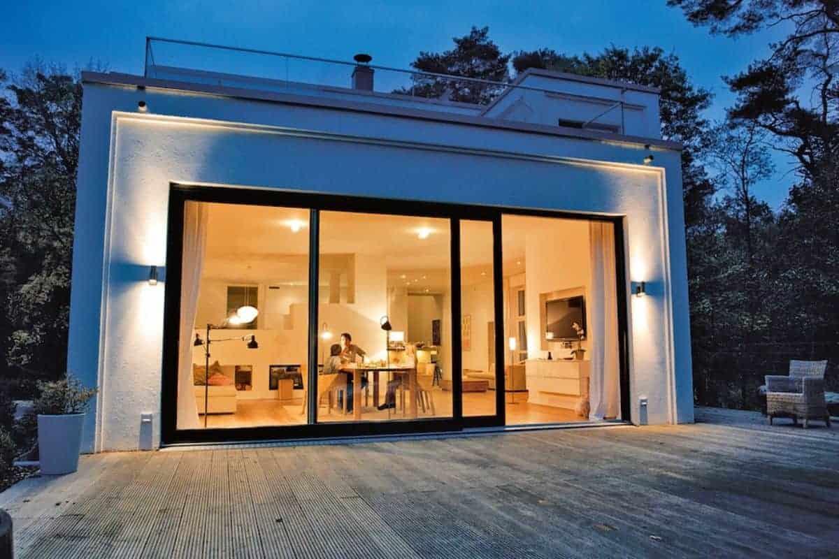 Haus am Abend mit stimmungsvollem Licht