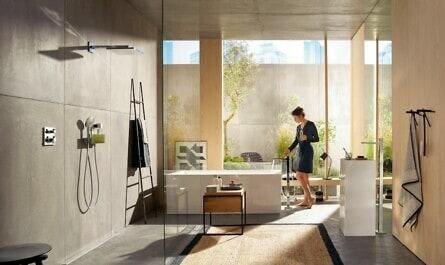 Frau im Design-Badezimmer