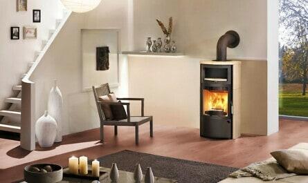 Feuer im Kaminofen im Wohnzimmer