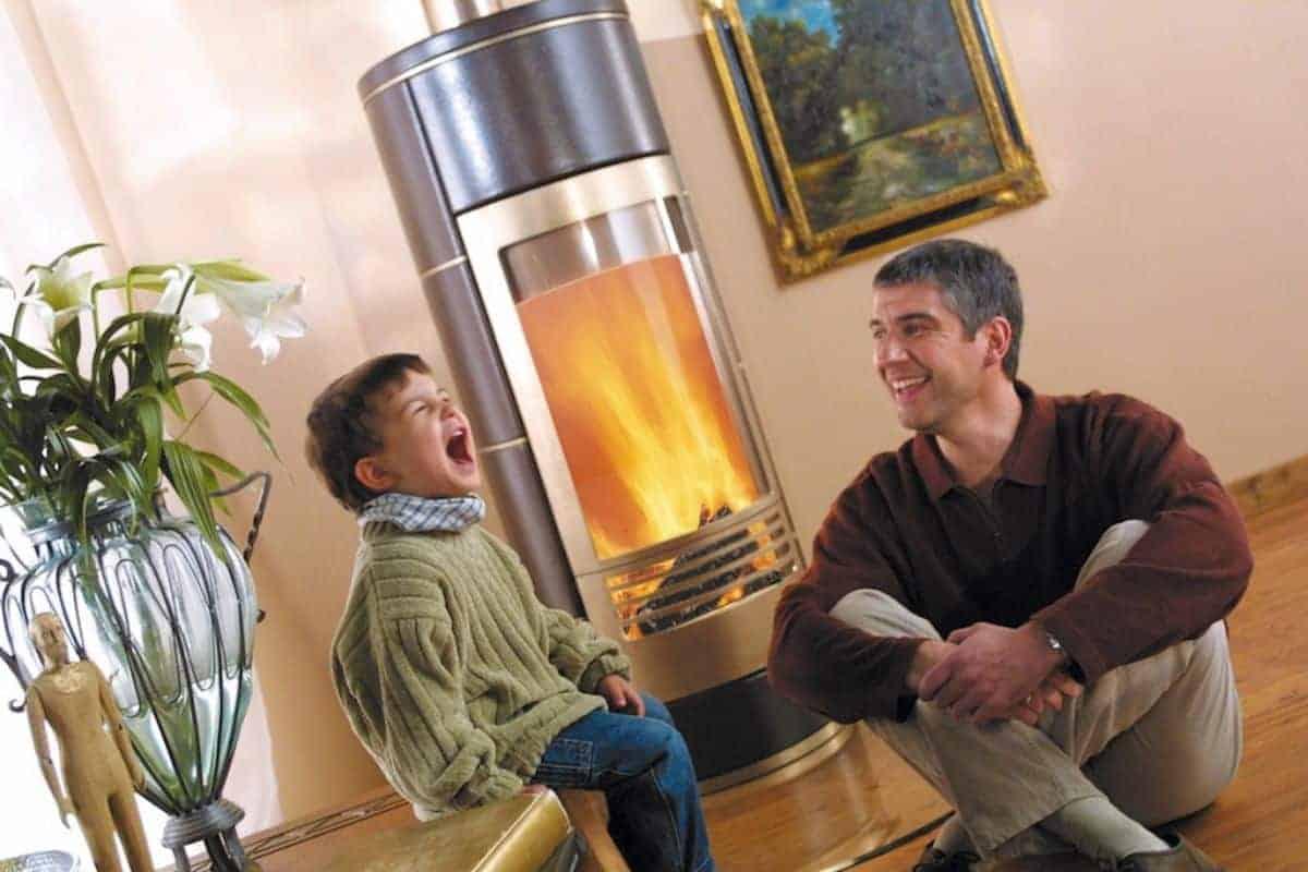Vater und Sohn am Kaminofen