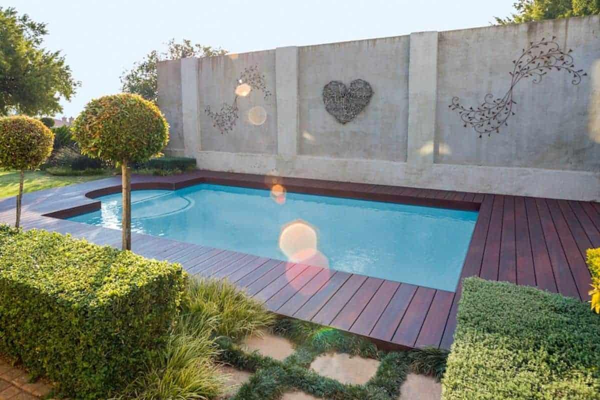 Pool im Garten im natürlichen Ambiente