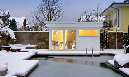 Saunahaus am Pool im Schnee