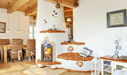Kachelofen mit Sitzbank bietet Wärme