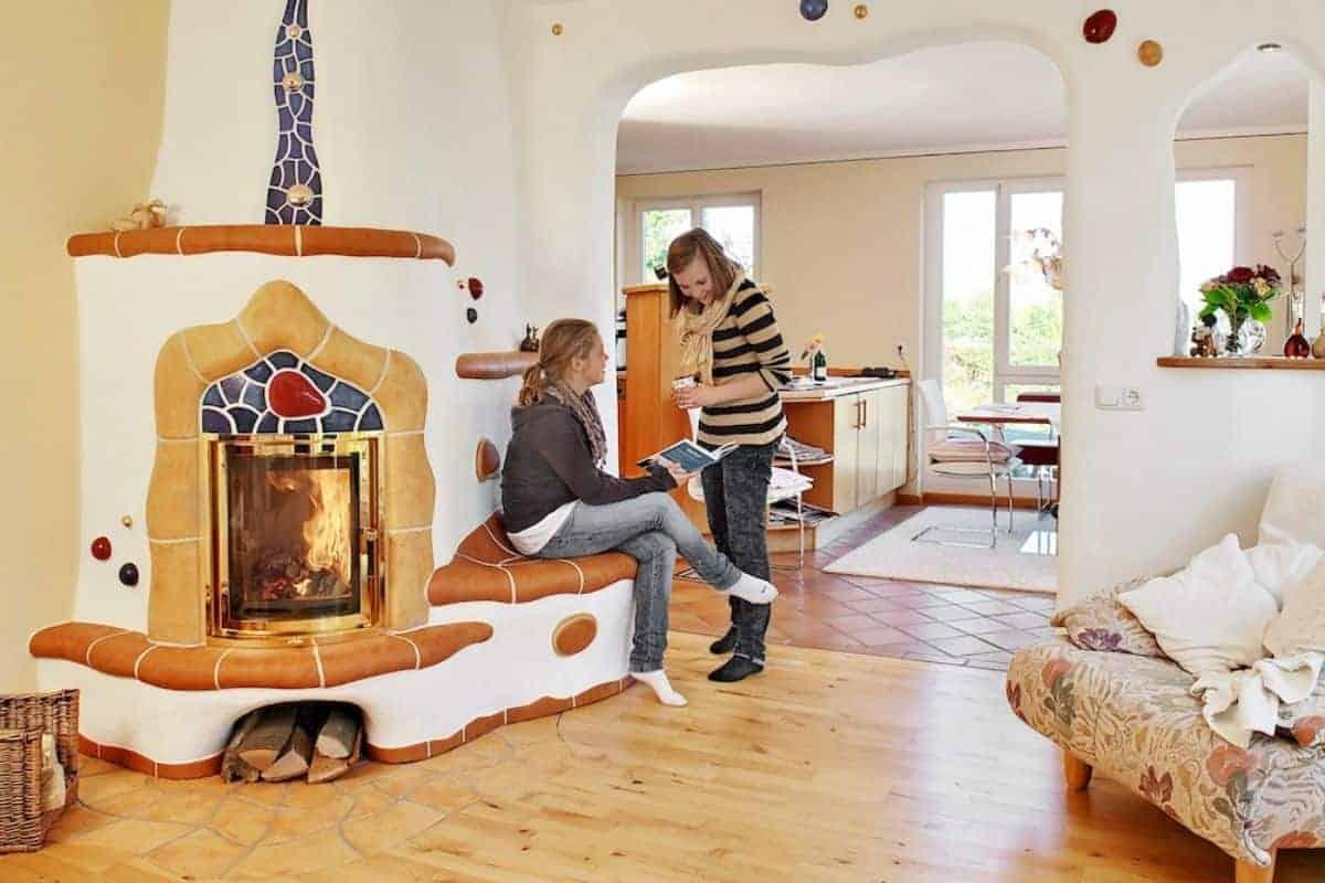 Kachelofen mit ergonomischer Sitzbank