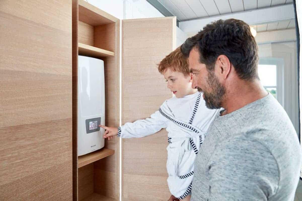 Vater mit Sohn am Duchlauferhitzer