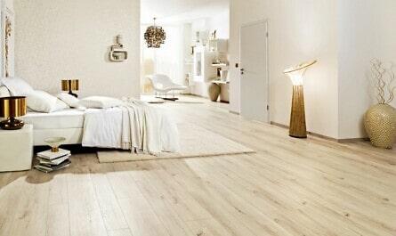 Elegantes Schlafzimmer mit goldenen Accessoires