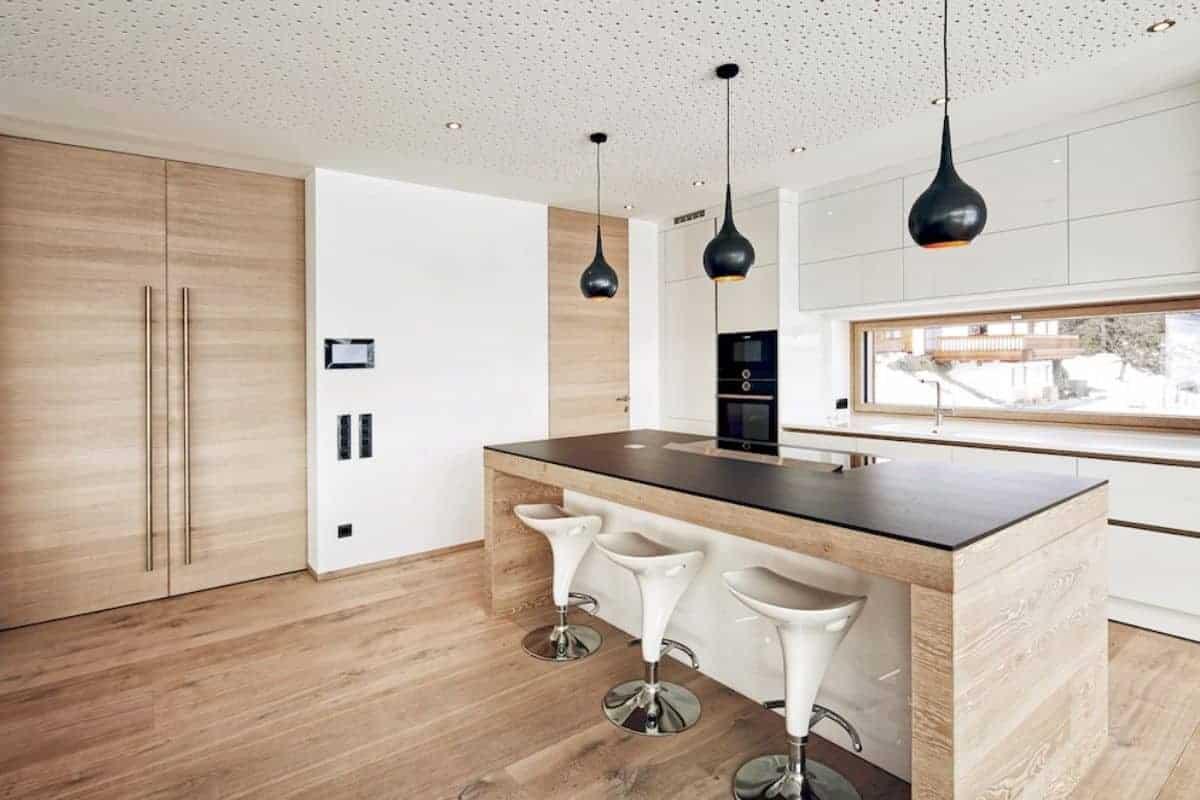 Küche mit eleganten Holztüren
