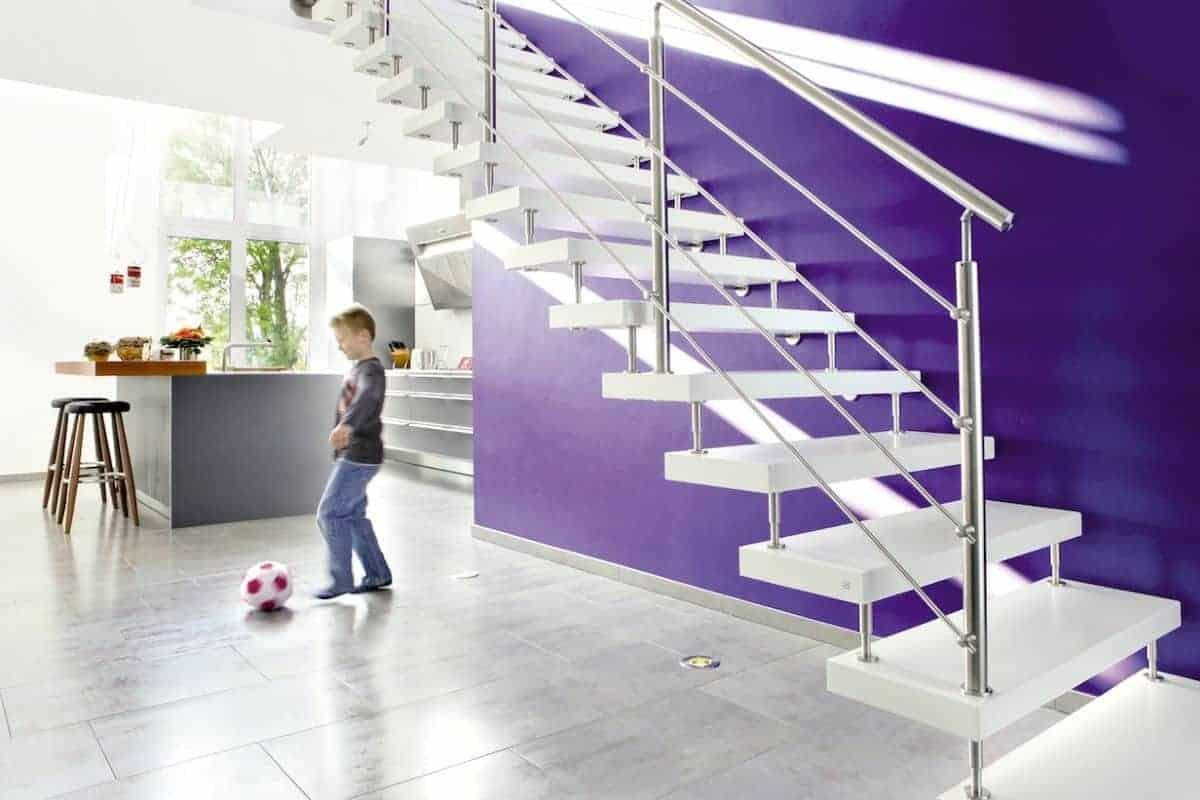 Treppe aus Esche-Longlife mit Edelstahlgeländer